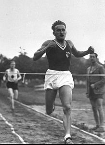 2. 21 czerwca 1940 r. został rozstrzelany przez Niemców w Palmirach k.Warszawy Janusz Kusociński, mistrz olimpijski z 1932 r. (10 000 m)