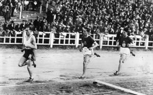 4. Janusz Kusociński na prowadzeniu w biegu podczas meczu lekkoatletycznego Belgia - Polska.