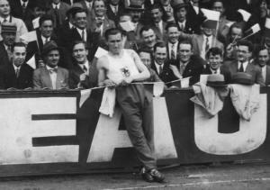 6. Janusz Kusociński na stadionie w Antwerpii. 1931 r. Źródło NAC